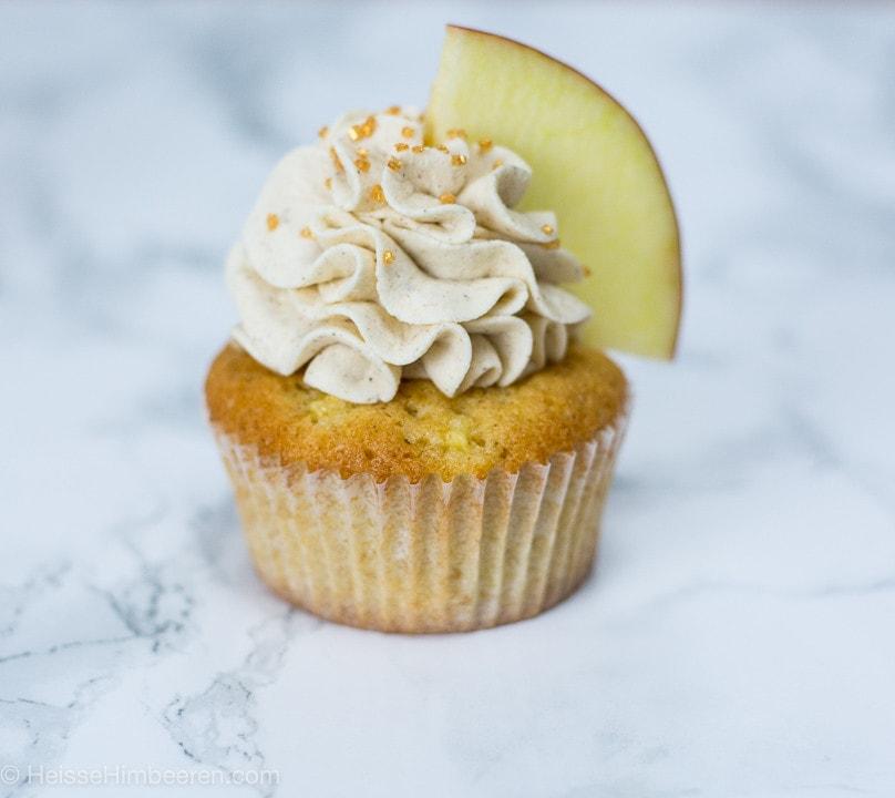 Ein Apfel Zimt Cupcake mit einer Apfelspalte
