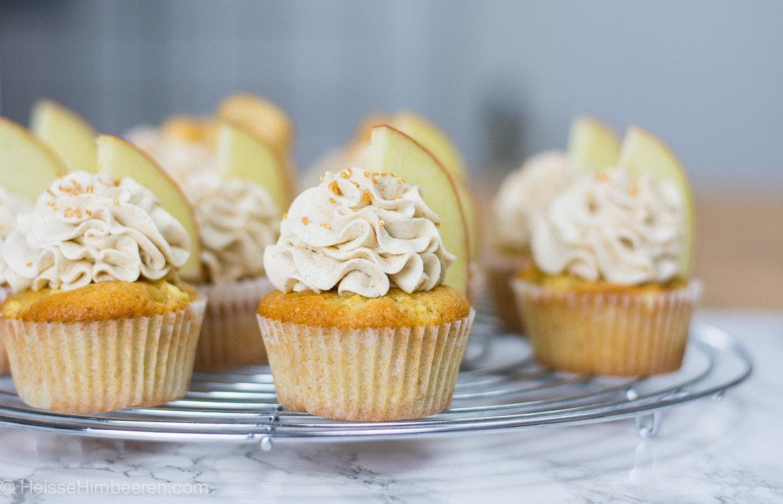 Apfel Zimt Cupcakes in der Seitenperspektive auf einem Kuchengitter