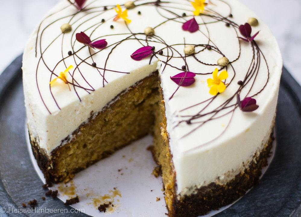 Ein Butternut Kürbis Kuchen. Es fehlt ein Stück