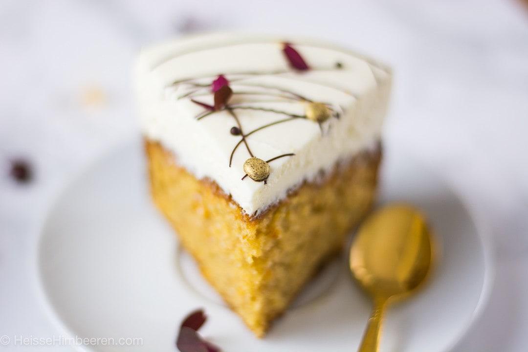 Ein Stück vom Butternut Kürbis Kuchen mit einem Löffel an der Seite