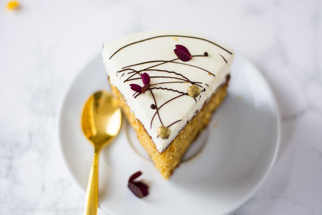 Ein Stück Butternut Kürbis Kuchen mit einem goldenen Löffel daneben