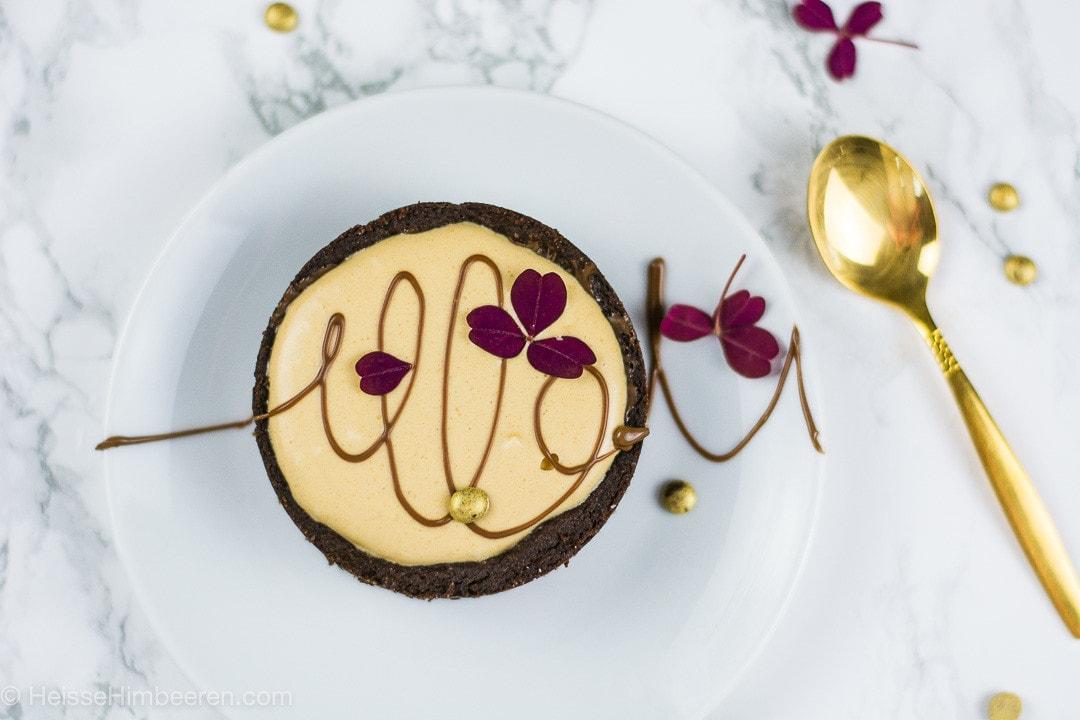 Eine kleine Bananen Karamell Torte mit goldenem Löffel