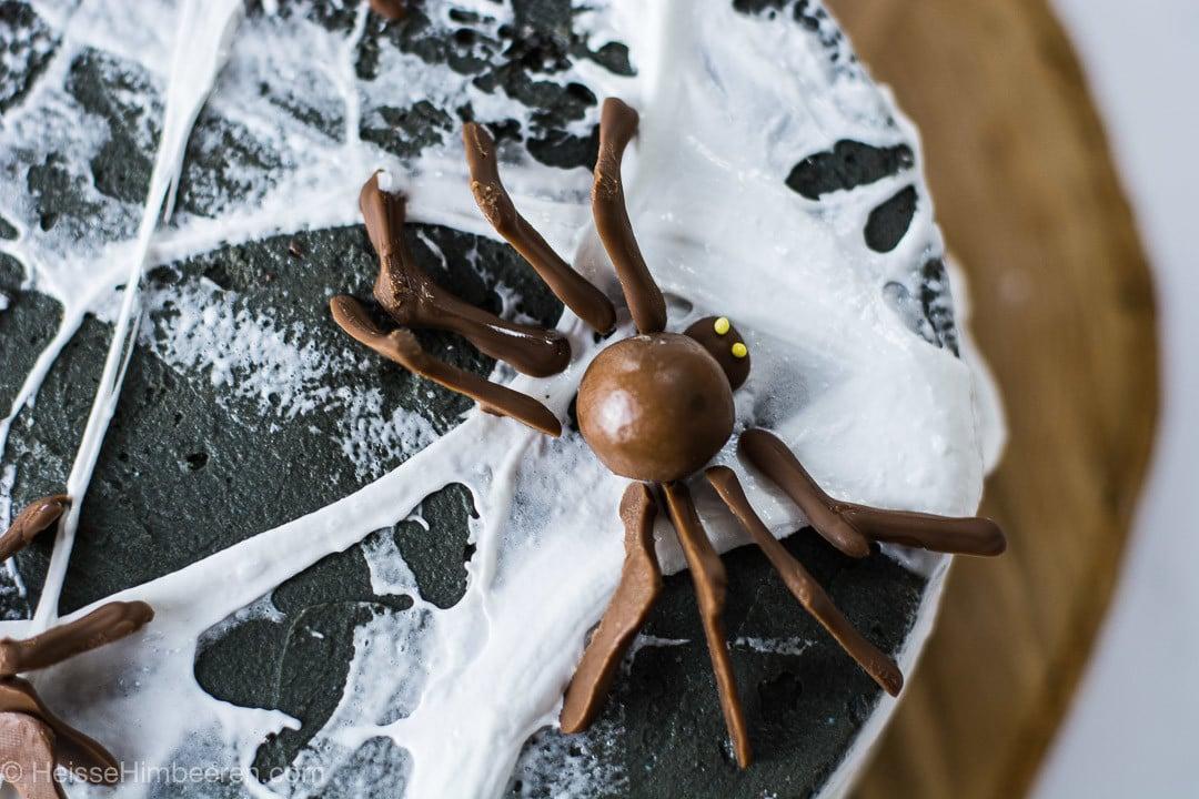 Eine Schokoladen Spinne auf dem Halloween Kuchen