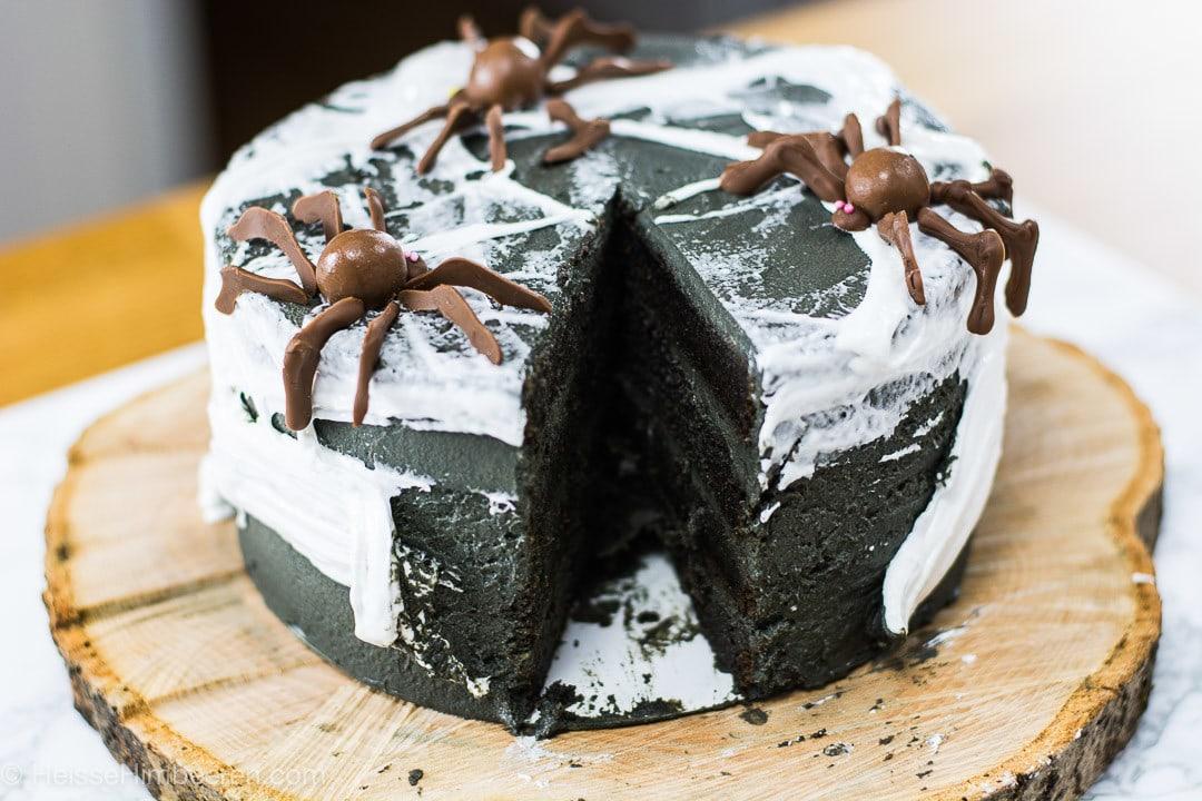 Ein angeschnittener Halloween Kuchen