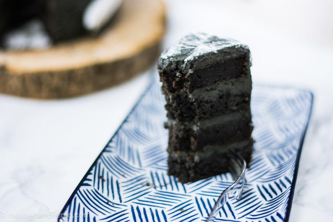 Ein Stück Halloween Kuchen in schwarzer mit schwarzer Creme