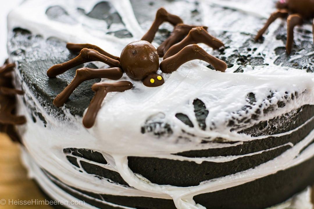 Eine Schokoladen Spinne mit gelben Augen auf dem Halloween Kuchen