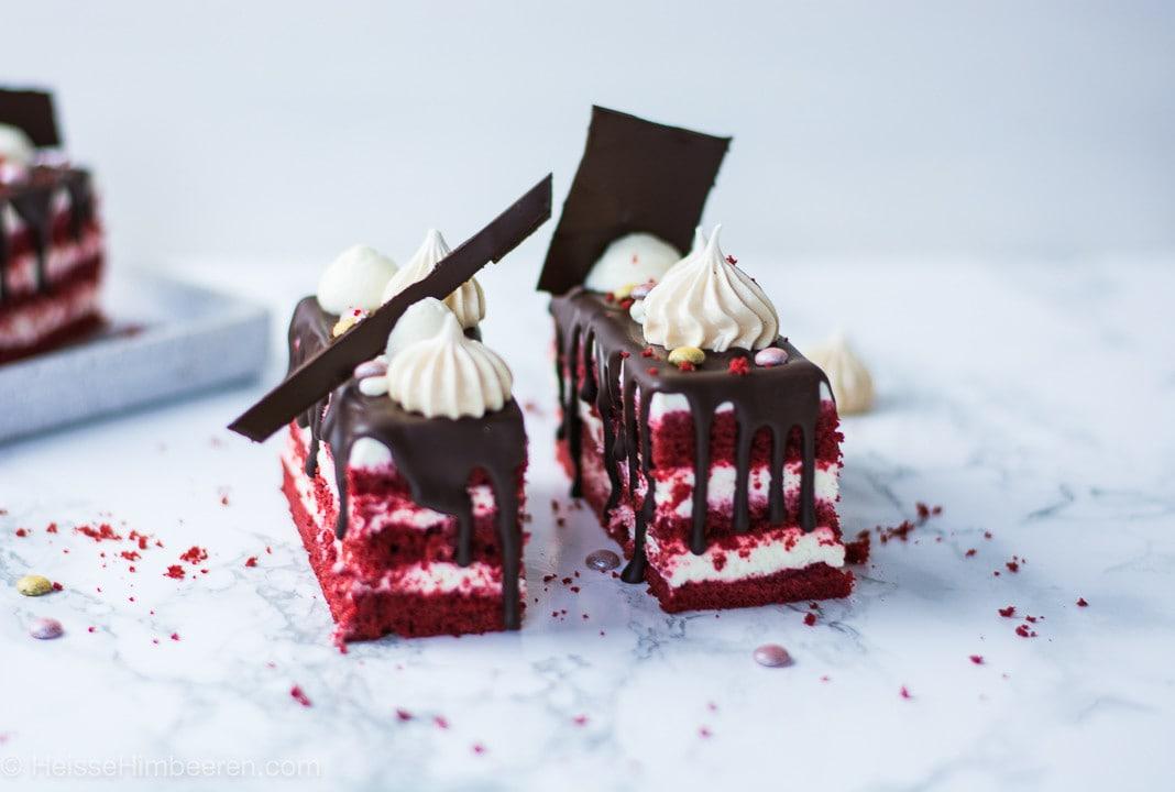 Zwei Red Velvet Cakes mit Baisers und Schokoladensplitter