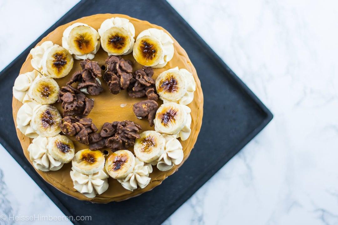 Eine Bananen Torte auf einer schwarzen Platte