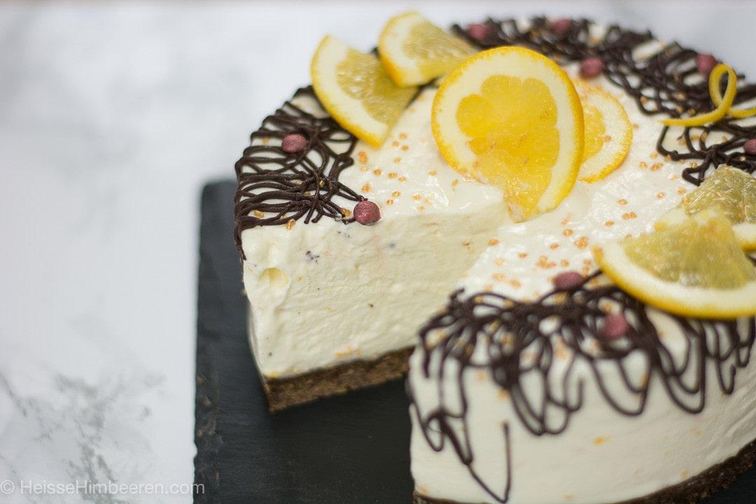 Ein angeschnittener Lebkuchen Cheesecake. An der Seite laufen Schokoschlieren herunter