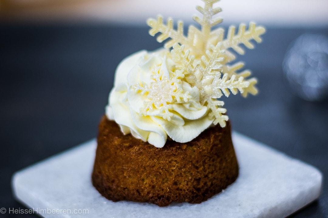 Im Fokus sind die Schneefloken auf dem Kuchen