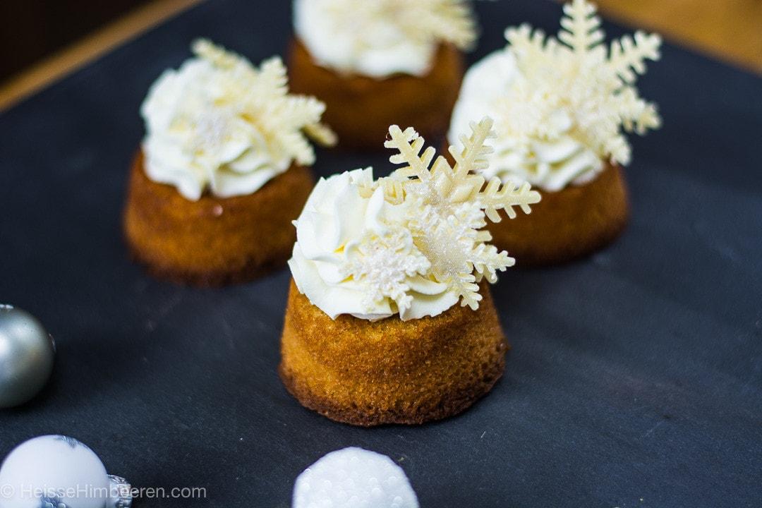 Ein paar kleine Kuchen mit Schneeflocken aus weißer Schokolade