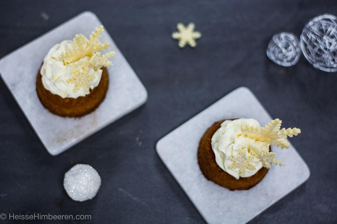 Zwei Schneeflocken Kuchen auf kleinen Steinplatten von oben