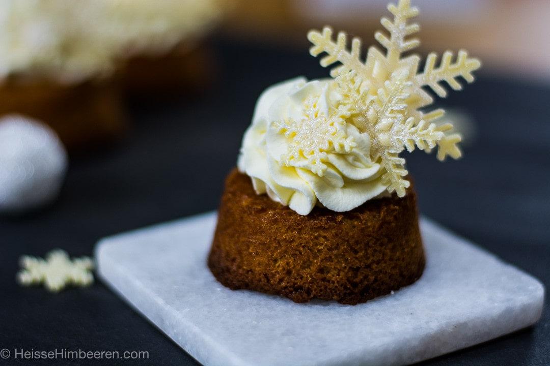 Eine Schneeflocke im Fokus auf dem Kuchen