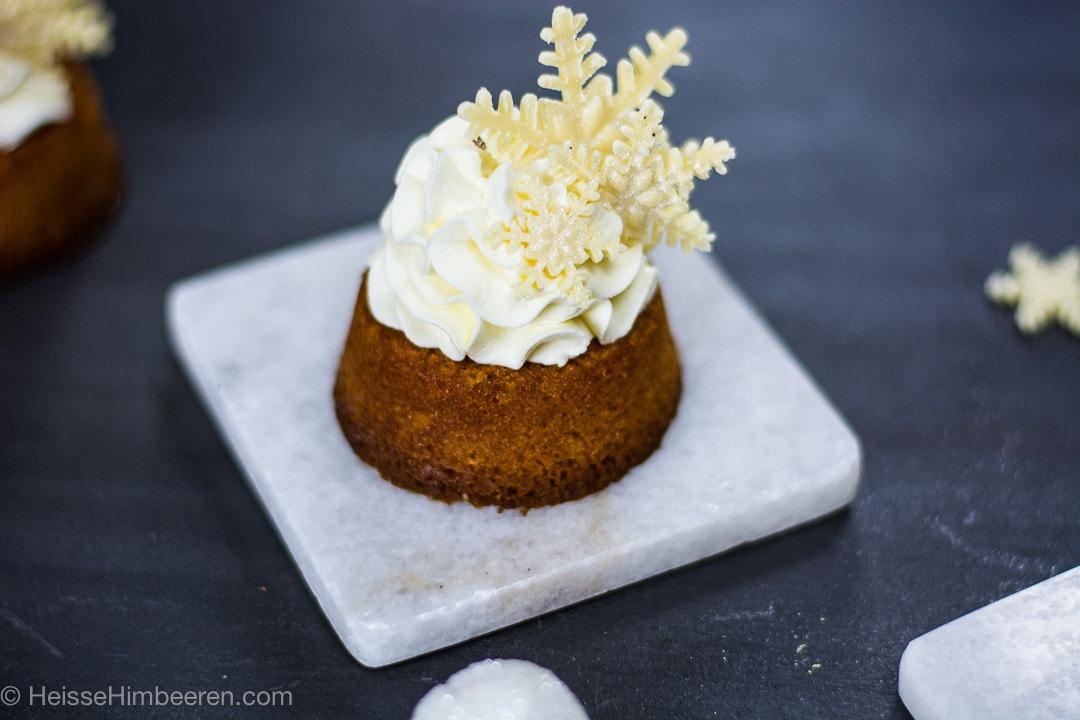 Ein Schneeflocken Kuchen auf einer kleinen Steinplatte