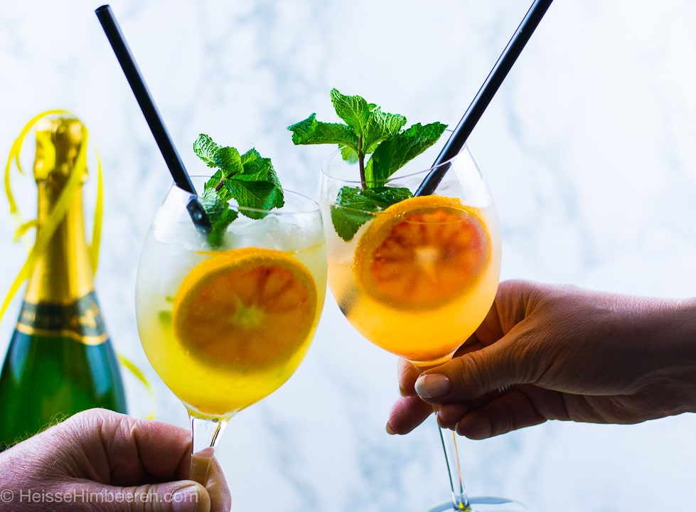 Zwei Aperitif mit Gin und Prosecco beim anstoßen