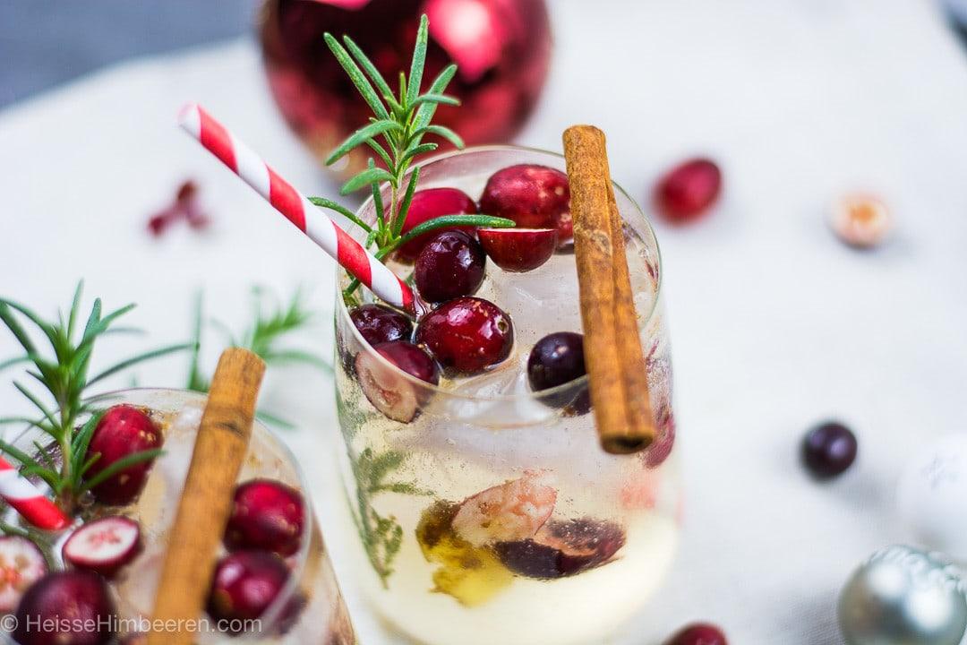 Ein weihnachtlicher Cocktail, mit einem Rosmarin Zweig und Zimtstange