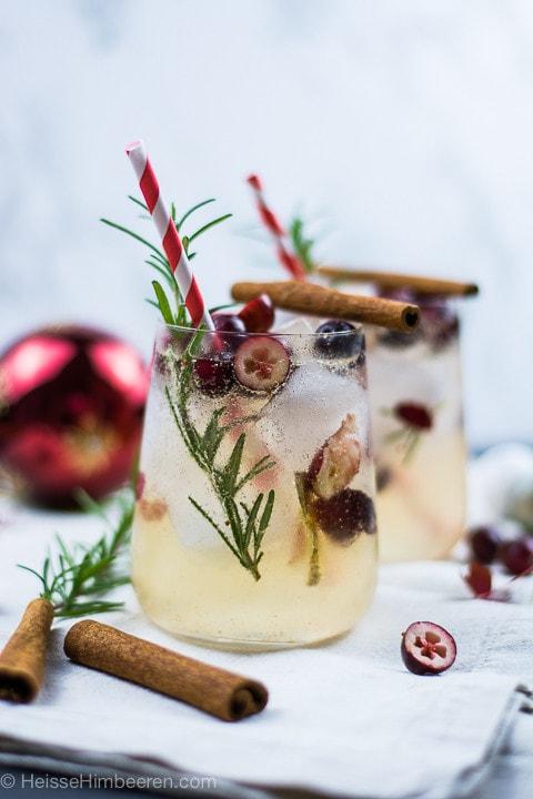 Zwei weihnachtliche Cocktails mit Zimtstangen