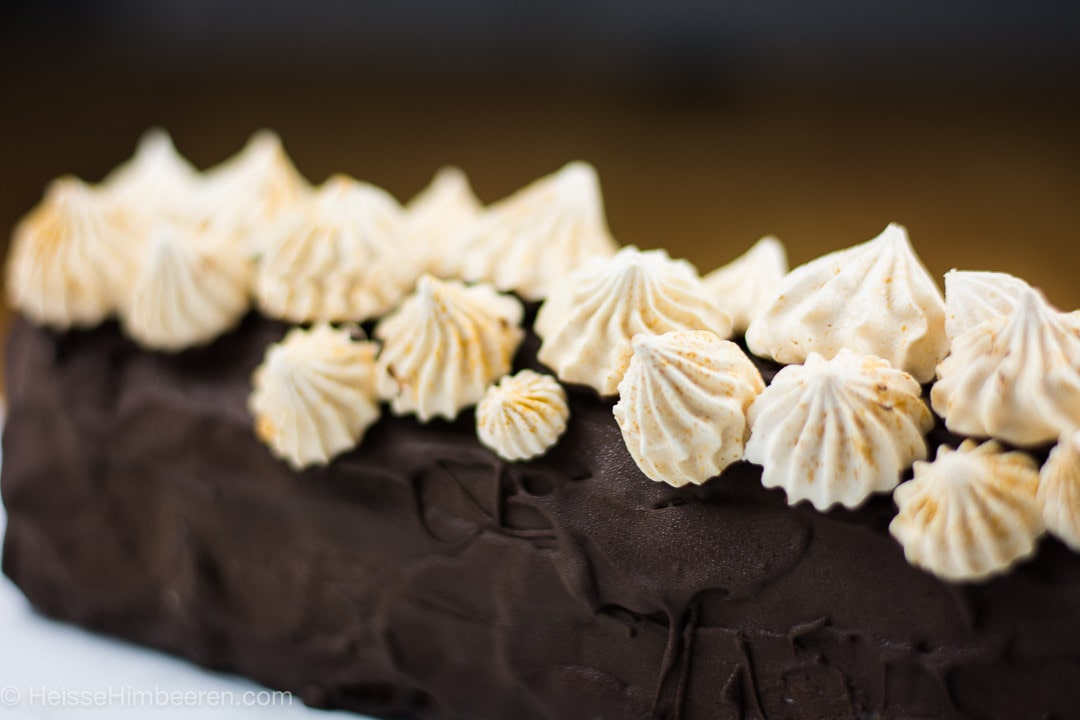 Man sieht die Schokolade und die Baiser auf der Yule Log