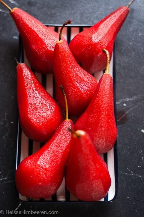 Birnen in Rotwein eingelegt auf einem Teller