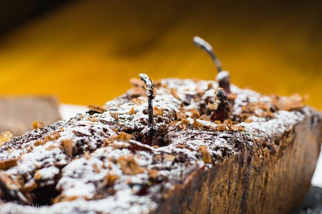 Eine Nahaufnahme des Birnenkuchens. Man sieht die Stiehle der Birne aus dem Kuchen kommen