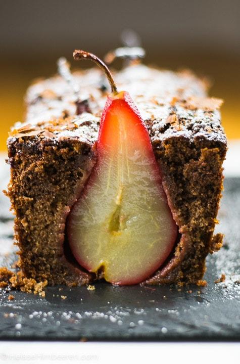 Der Schoko Birnen Kuchen in Kastenform, mit einer angeschnittenen Birne
