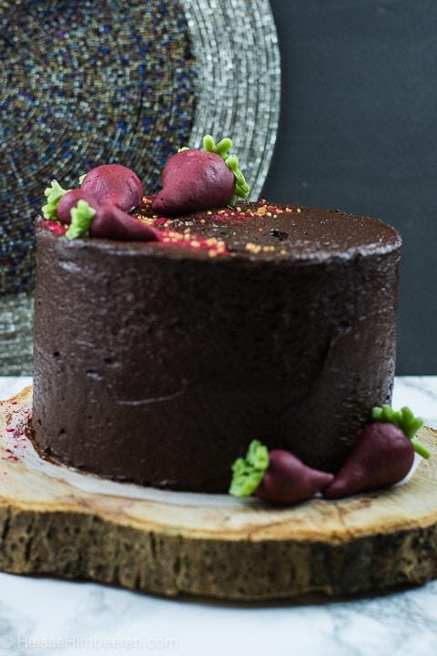 Ein saftiger Schokoladenkuchen mit Rote Bete auf einem Holzteller