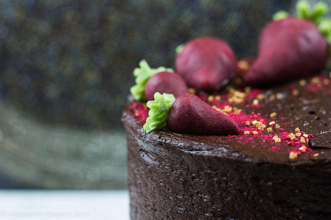 Eine Nahaufnahme des saftigen Schokoladenkuchens mit Roter Bete