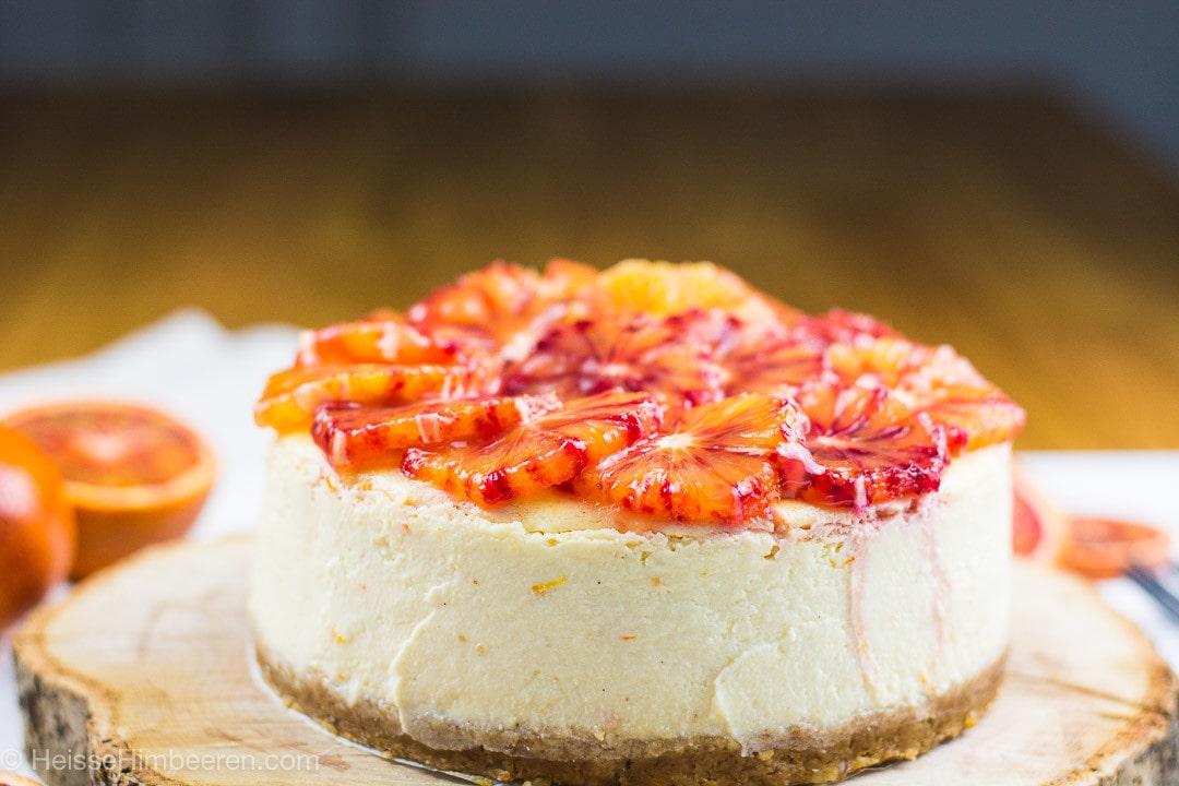 Ein Blutorangen Käsekuchen von der Seite