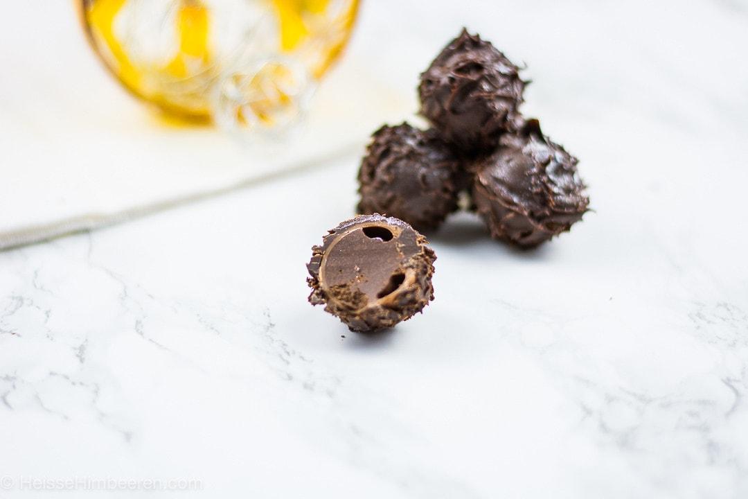Eine halbe Schnaps Pralinen mit einer Schokoladenfüllung