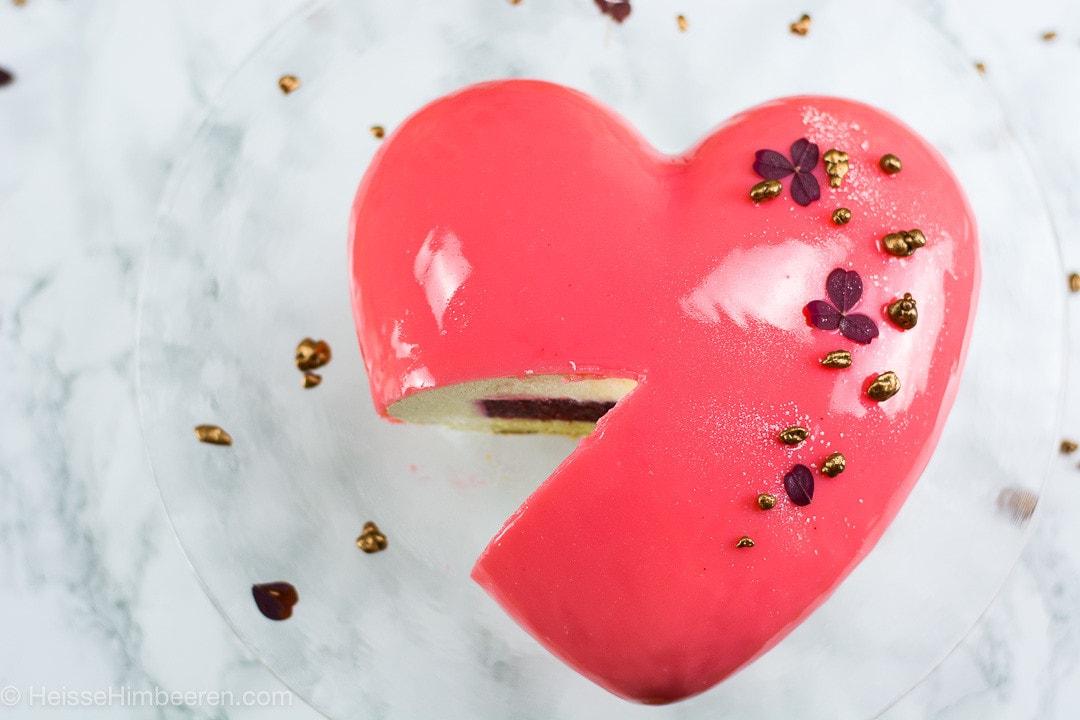 Valentinstag Kuchen angeschnitten