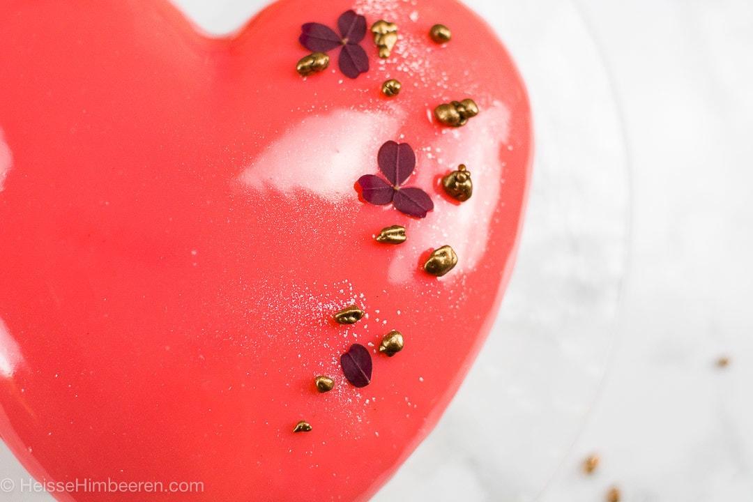 Valentinstag Kuchen in Herzform als Nahaufnahme