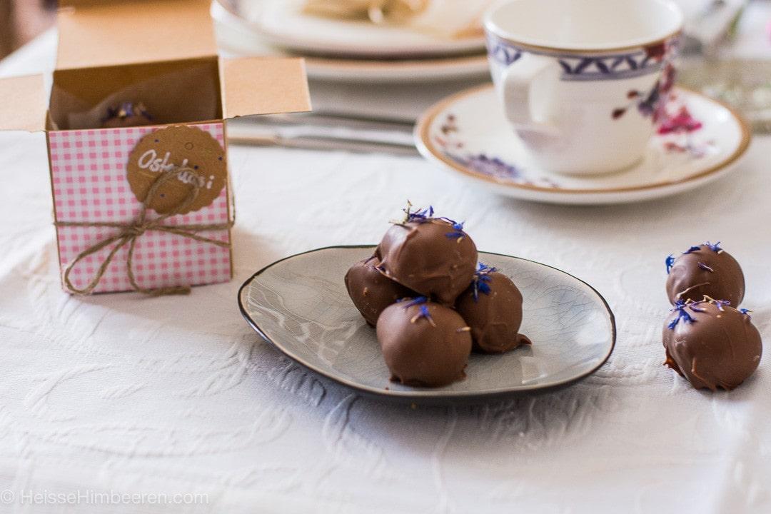 Selbstgemachte Schokoeier sals Ostergeschenk liegen auf einem Tisch