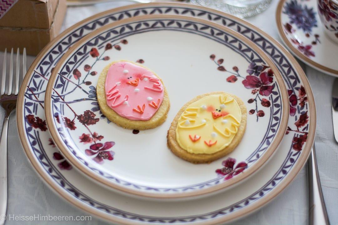 Mürbeteig Osterkekse auf einem Blütenteller