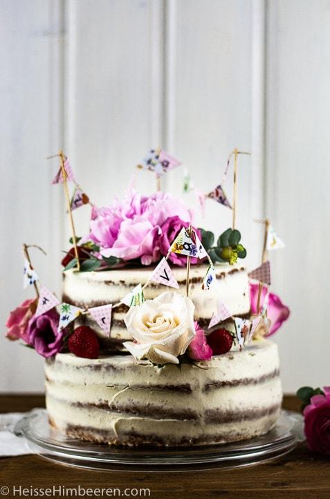 Eine besondere Geburtstagstorte mit vielen Blüten, Blumen und einer Geburtstagskette