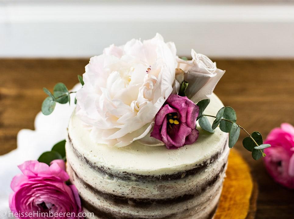 Blumen auf einer Geburtstagstorte