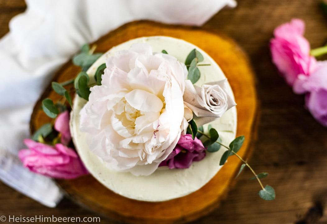 Besondere Blumen auf einer Geburtstagstorte