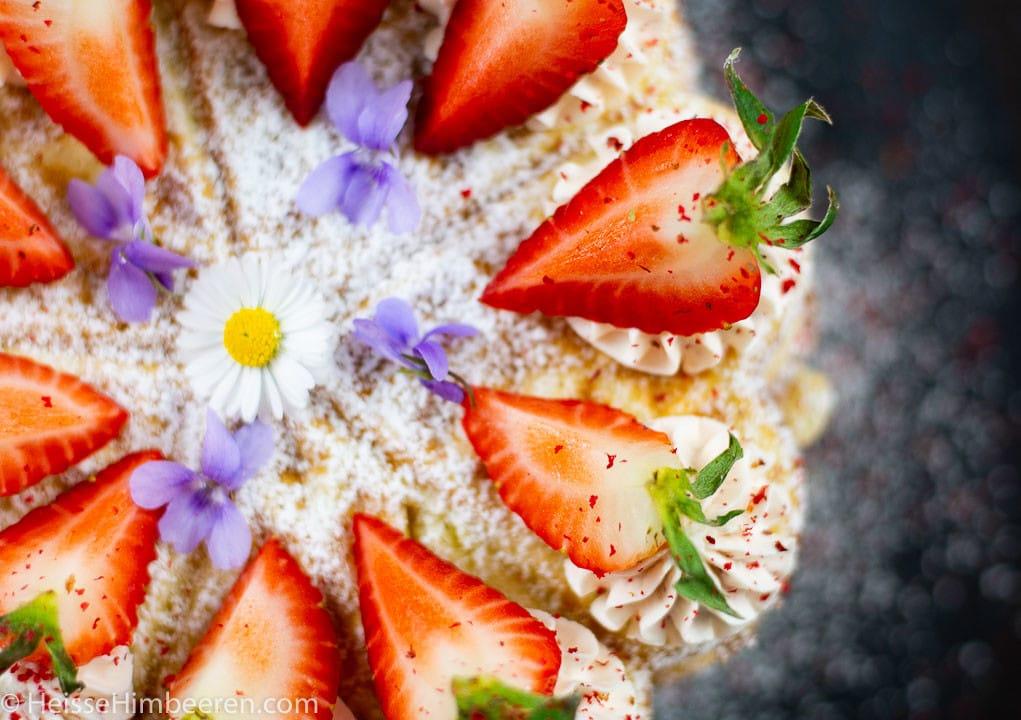 Nahaufnahme einer Waffeltorte mit Erdbeeren
