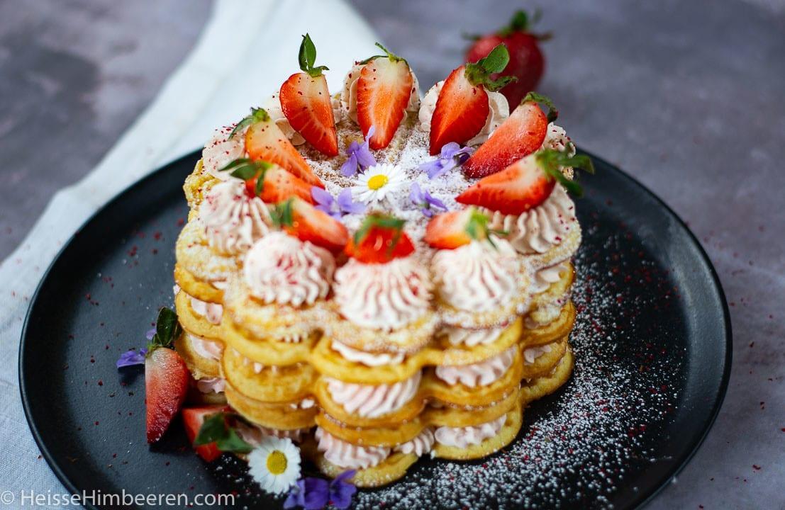 Eine Waffeltorte mit Erdbeeren und Puderzucker