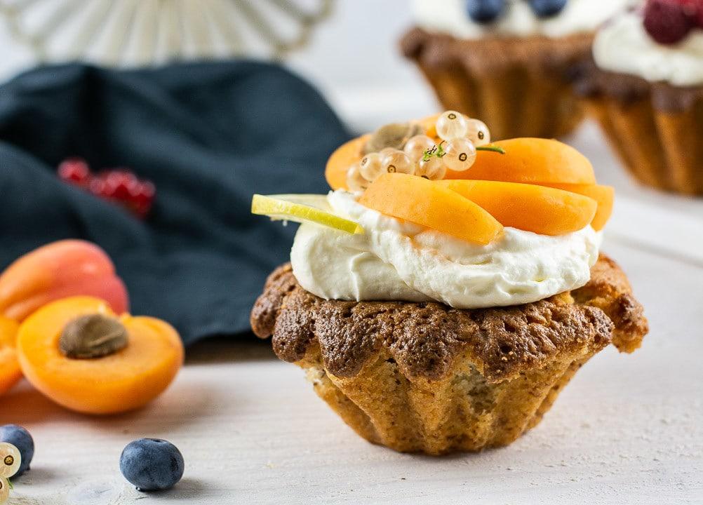 Ein Mandelkuchen mit Aprikose und heller Johannisbeere