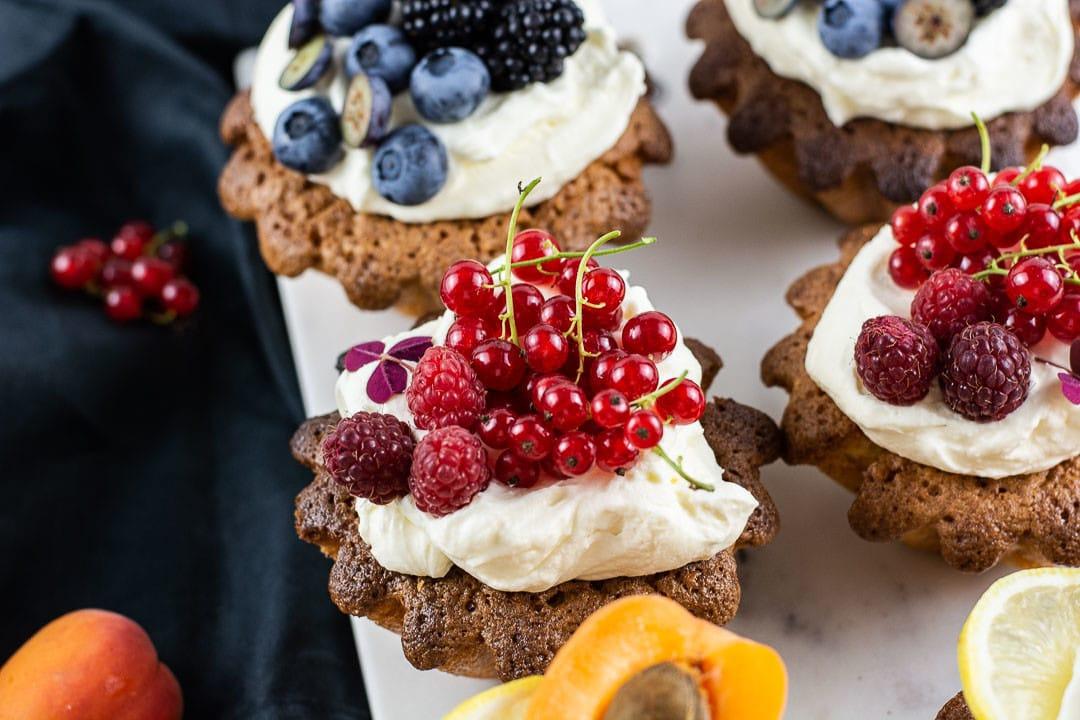 Vier Mandelkuchen mit Obst von oben