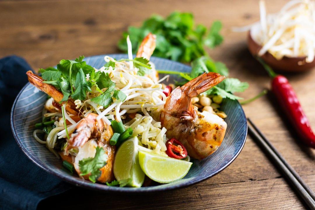 Rezept Pad Thai mit Garnelen auf einem Teller