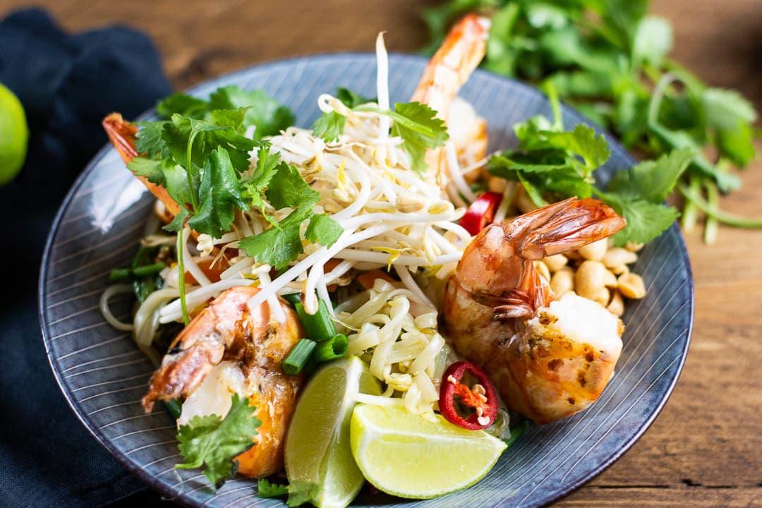 Pad Thai mit Sojasprossen und 2 Garnelen oben drauf