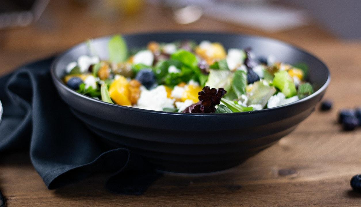 Der Orientalischer Salat in einer dunklen Schale