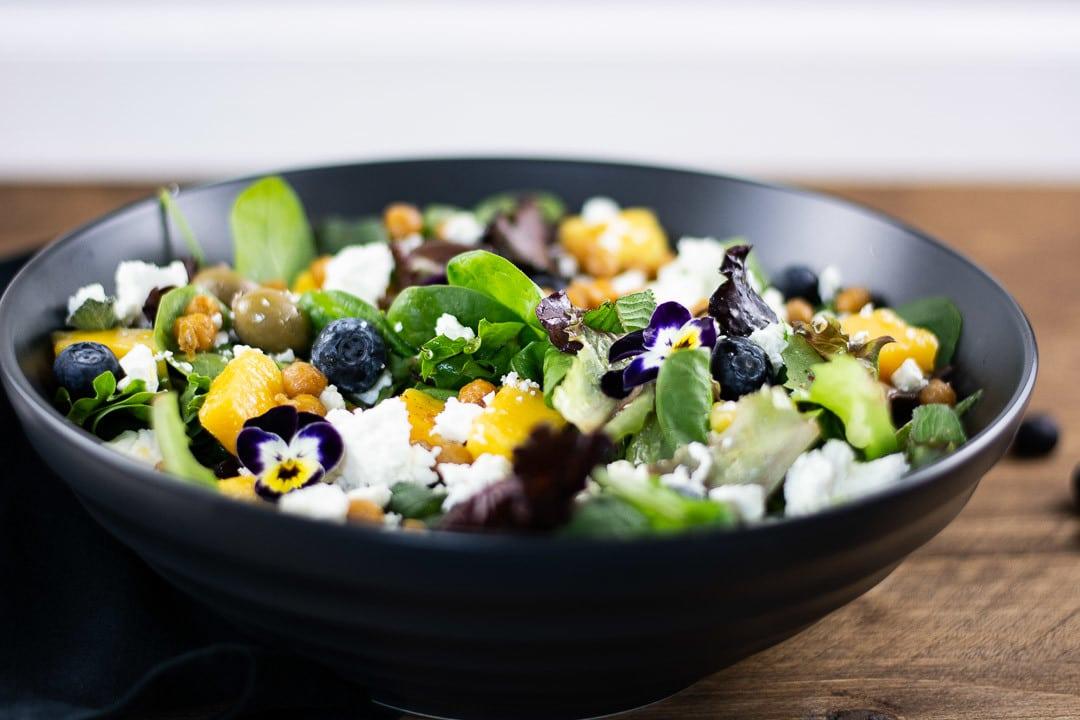 Der Orientalischer Salat in einer schwarzen Schüssel auf einem Tisch