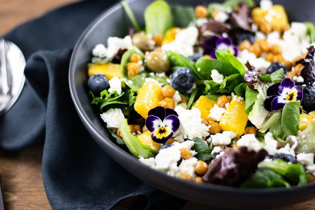 Ein Orientalischer Salat mit Besteck daneben