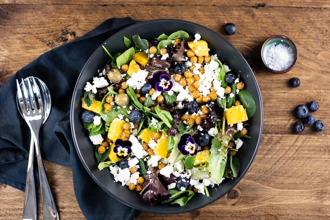 Ein Orientalischer Salat auf einem Teller