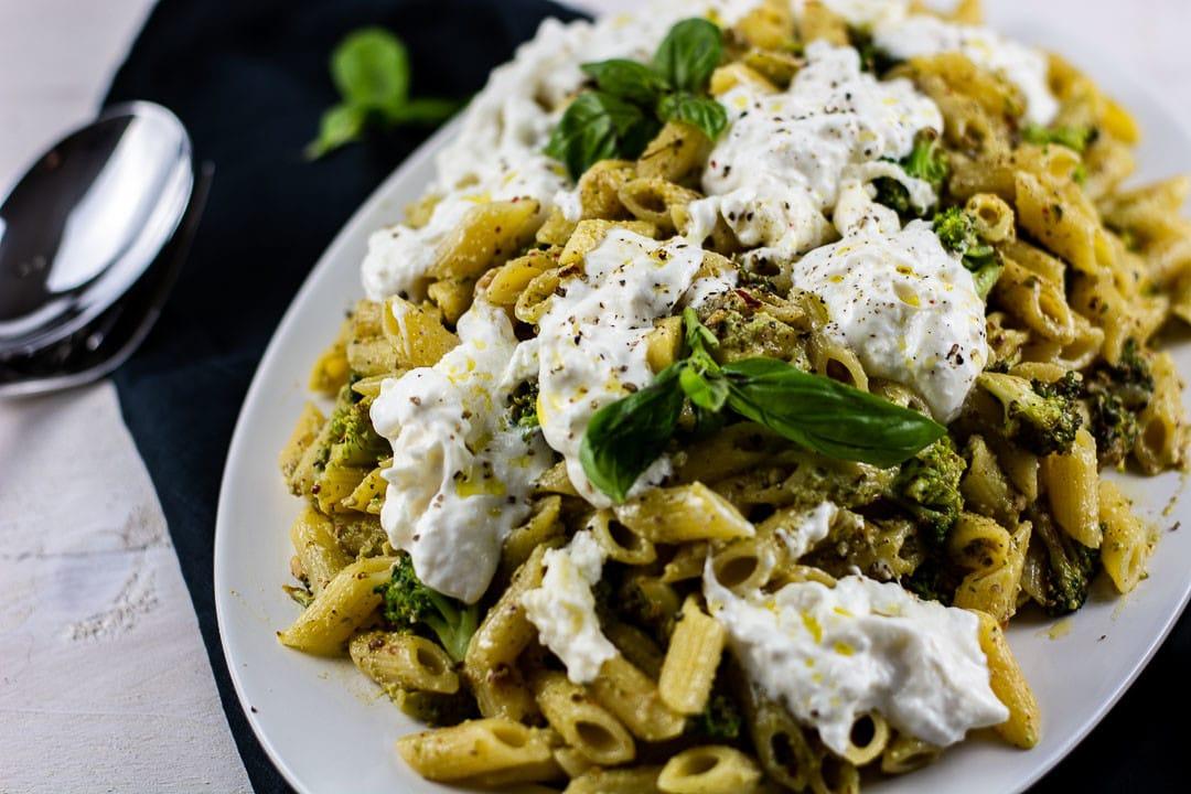 Ein Nudelgericht mit Pesto Nudeln, Burrata, Brokkoli und Petersilie