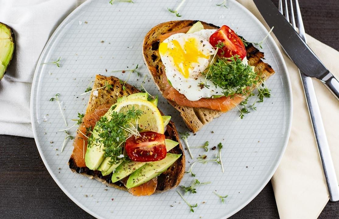 Ein pochiertes Ei  und Avocado auf Toast
