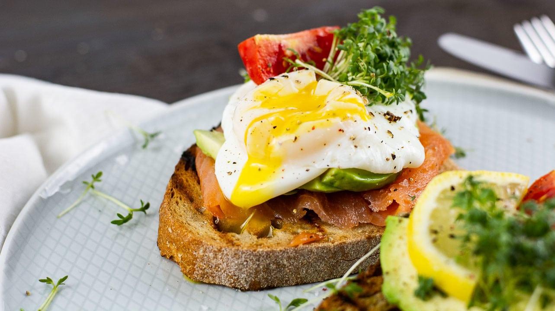 Ein pochiertes Ei, Avocado, Lachs auf einem Toast