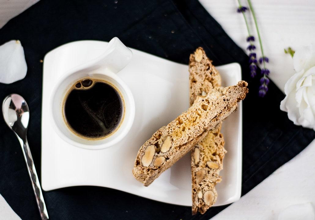 Eine Tasse Espresso mit einem Cantuccini. Das Rezept, befindet sich unter dem Foto